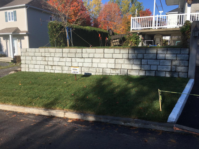 Mur de soutènement en blocs de béton décoratif
